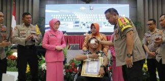 Kapolda Jatim Beri Penghargaan Kepada Bripka Andreas Korban Ketapel 20181130 023024 (1)